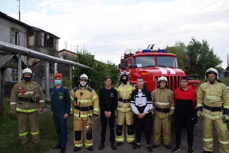 Трое красноярских подростков с помощью одеяла спасли ребенка из горящего дома