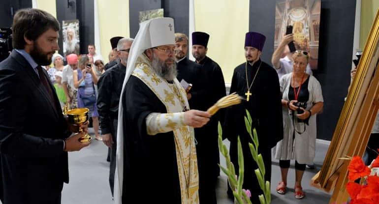 Криворожская епархия подарила монастырю на Афоне икону из богемского стекла