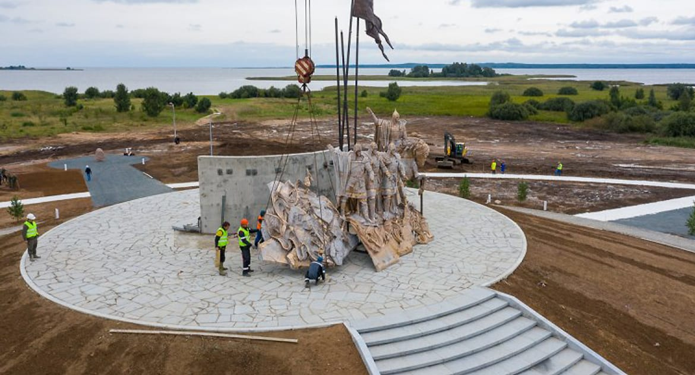 На берегу Чудского озера монтируют мемориал Александру Невскому с дружиной