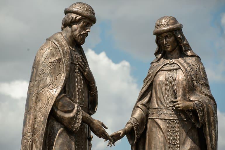 При въезде в Воронеж установили один из самых больших памятников Петру и Февронии