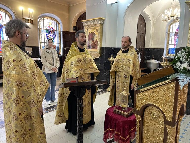 Потомки священномученика передали часть его одежды храму в Петербурге
