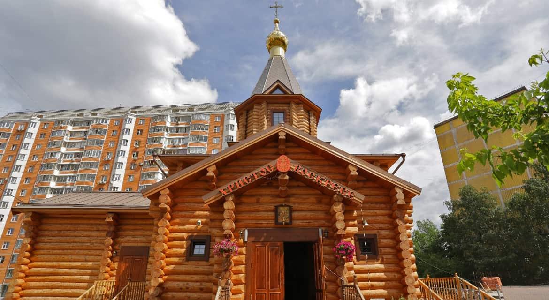 Завершилось строительство самого большого деревянного храма Москвы