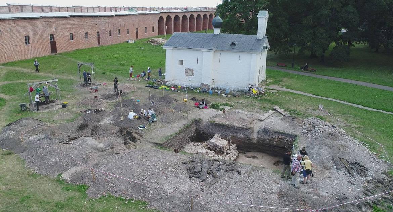 Домонгольские кирпичи и фрески: что узнали археологи о храме, построенном возможным прототипом Садко
