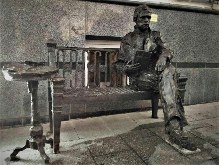 В Москве теперь можно посидеть на скамейке с молодым Достоевским
