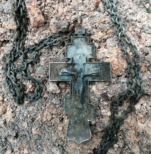 В местах сражений Великой Отечественной найдены наперсный крест и Казанская икона