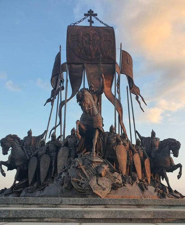 На берегу Чудского озера открыли мемориал Александру Невскому с дружиной
