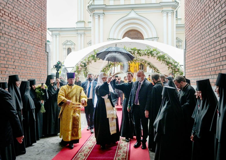 Патриарх Кирилл освятил восстановленную колокольню Новодевичьего монастыря Петербурга