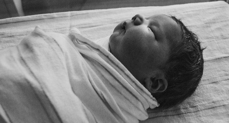 Муж пригласил для ребенка муллу. А покрестить можно?