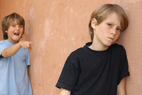 Что делать, если ребенка дразнят из-за родителей
