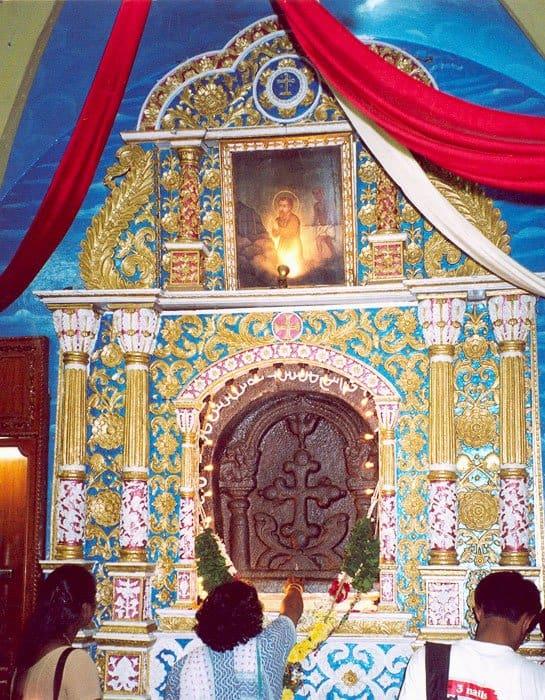 В базилике, построенной португальцами в ХVI веке, находится крест апостола Фомы. Апостол сделал крест своими руками и молился перед ним в пещере с 72 по 74 гг н.э. Уникальна форма креста – такие можно встретить только у маланбарских христиан