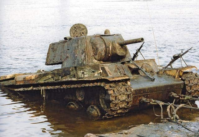 Тяжелый танк КВ. В октябре 1941 года на понтонах переправлялся к месту сражения на левом берегу Невы на знаменитый «Невский пятачок» (Невский плацдарм). Затонул в результате попадания снаряда в понтон. Был обнаружен поисковыми отрядами на глубине 20 метров. Общий вес с песком и грунтом составил более 100 тонн, расстояние до берега 30 метров. Поднять со дна реки этот танк было почти невыполнимой задачей. Фото Олега Алексеева, командира отряда «Святой Георгий»