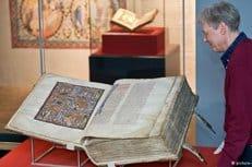 Гигантская средневековая Библия представлена на выставке в Германии