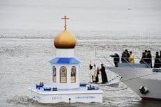 Патриарх Кирилл освятил первую в России плавучую часовню-маяк