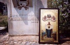 Россияне подарили иконы боснийскому храму, который строит режиссер Эмир Кустурица