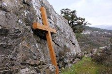 В Крыму вандалы спилили поклонный крест, установленный в память о погибших в Первой мировой войне