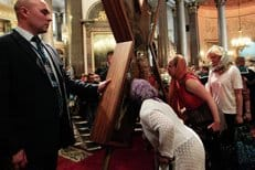 Москва встретила Андреевский крест многокилометровой очередью