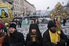 Противоборствующих в центре Киева сдерживали три монаха Десятинного монастыря