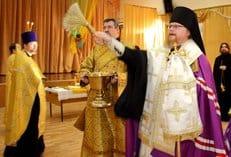 Епископ Подольский Тихон освятил московскую школу, где произошла трагедия