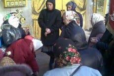 Верующие киевлянки выступили против стрип-клуба у стен монастыря