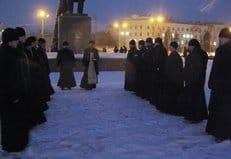 Херсонские священники отслужили молебен о мире, встав между митингующими