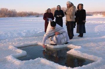 Не вредно ли купание в ледяной воде на Крещение?