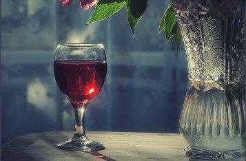 Почему священники пьют вино?