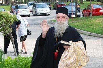 Зачем священники носят черные рясы?