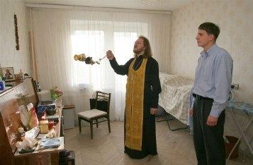 Как священник освящает квартиру?